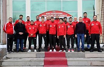 Çankırı Belediye Başkanı Esen, Erkek Boks Milli Takımı'na eşofman hediye etti