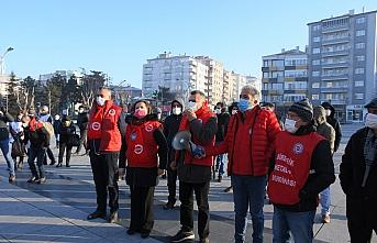 Çorum'da sendikaya üye oldukları için işten çıkarıldıklarını iddia eden işçiler yürüyüş yaptı