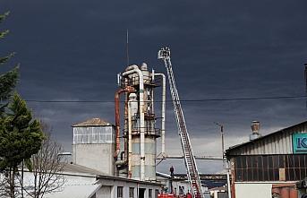 Düzce'de parke fabrikasının toz silosunda çıkan yangın söndürüldü