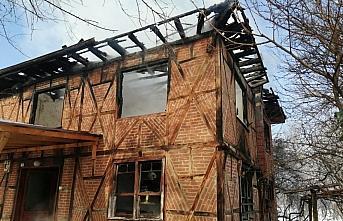 Düzce'de yanan 2 katlı ahşap ev kullanılamaz hale geldi