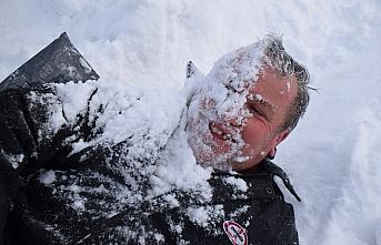 Gençler kendi imkanlarıyla oluşturdukları pistte kayarak karın tadını çıkardı