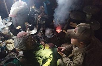 Giresun'da soğuk havada barakada yaşayan yaşlı kadına jandarma yardım etti