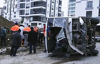 GÜNCELLEME - Samsun'da belediye işçilerini taşıyan servis midibüsü devrildi: 2 ölü, 22 yaralı