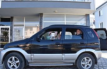 Hayvansever çift sokakta buldukları köpeğe araçlarını...