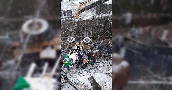 İş makinesinin dereye yuvarlandığı kazada 1 kişi öldü