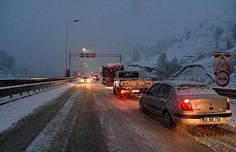 Kar yağışı ve tipi Cankurtaran Geçidi'nde ulaşımı...