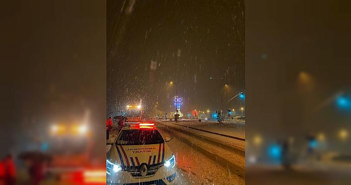 Kar yağışının etkili olduğu Düzce ve Karabük'te kış lastiği denetimleri sürüyor