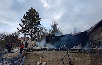 Karabük'te ahşap ev yanarak kullanılamaz hale geldi