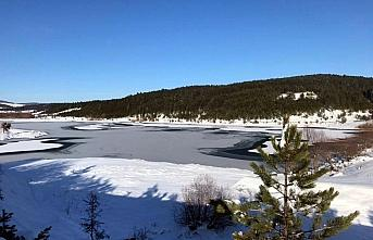 Karabük'te soğuk hava göletlerin yüzeyini dondurdu