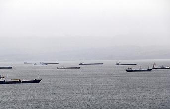Karadeniz'deki kötü hava koşulları nedeniyle gemiler...