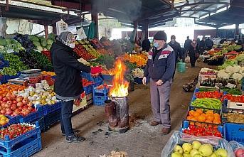 Kastamonu'da esnaf soğuktan korunmak için pazara soba kurdu