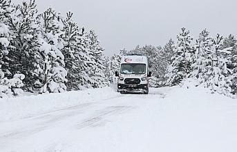 Kastamonu'da kar nedeniyle köyde mahsur kalan Kovid-19 hastası çift hastaneye ulaştırıldı