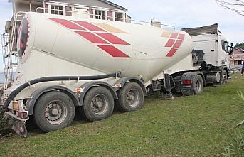 Ordu'da çimento yüklü tanker refüje çarptı: 1 yaralı