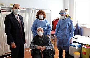 Samsun'da huzurevlerinde Kovid-19 aşısı uygulamasına...