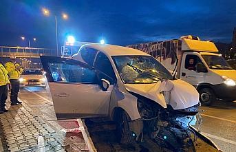 Samsun'da otomobil aydınlatma direğine çarptı:...