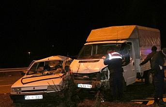 Samsun'da otomobil ile kamyonet çarpıştı:...