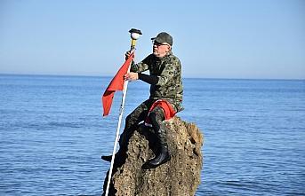 Sinop'ta deniz içindeki kayalığa Türk bayrağı astı