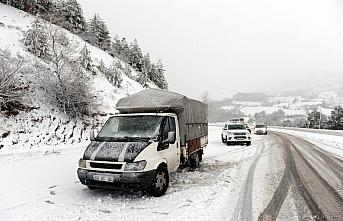 Tokat-Sivas kara yolunda kar yağışı ulaşımda aksamalara neden oldu