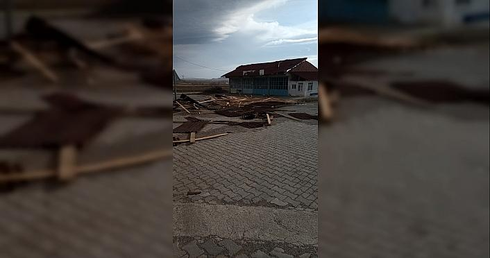 Tokat'ta şiddetli rüzgar çatıları uçurdu