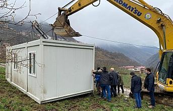 Trabzon'un Araklı ilçesinde evleri yanan vatandaşlar...