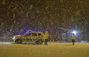 Zigana Dağı Geçidi'nde kar yağışı nedeniyle zincirsiz ve ağır tonajlı araçların geçişine izin verilmiyor