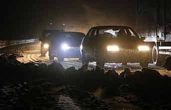 Zonguldak-İstanbul kara yolunda kar yağışı ulaşımı...