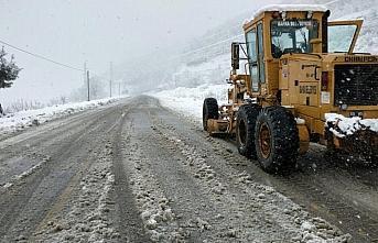 Bafra Belediyesi kar nedeniyle kapanan yolları açmak için çalışmalarını sürdürüyor
