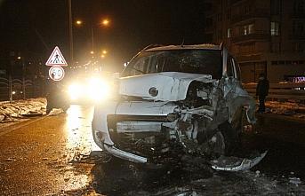Bafra'da buzlanan yolda zincirleme trafik kazasında 6 araç çarpıştı