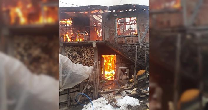 Odunluk olarak kullanılan iki katlı ahşap ev yandı
