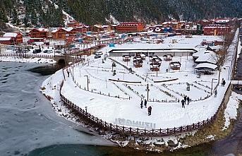 Buz tutan Uzungöl, günübirlik tatilcilerin ilgi...
