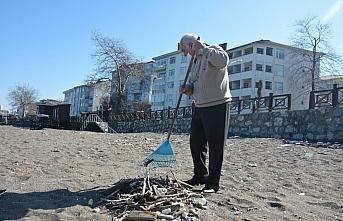 Düzce'de sahillerdeki atıkları temizleyen emekli...