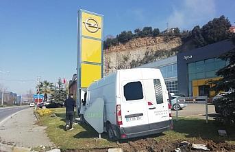 Ereğli'de refüje çarpan kamyonetin sürücüsü yaralandı