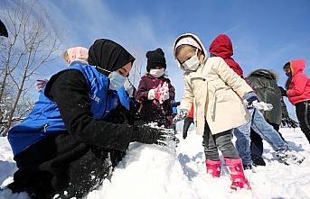 Gönüllü gençler kış şartlarında köylerdeki...