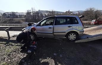 Karabük'te bariyere saplanan otomobilin sürücüsü yaralandı