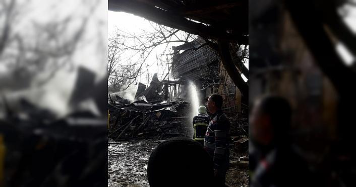 Kastamonu'da çıkan yangında 3 katlı ev kullanılamaz...