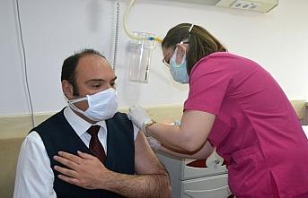 Merzifon Kaymakamı Demirkale ve Belediye Başkanı Kargı, CoronVac aşısı oldu
