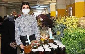 Ordu'da üniversite mezunu genç ailesiyle ürettiği sebze ve meyveleri köylü pazarında satıyor