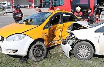 Samsun'da taksi ile otomobil çarpıştı: 1...