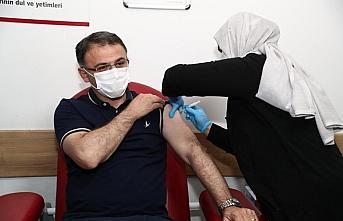 Tokat Valisi Balcı, Kovid-19 aşısının ilk dozunu...