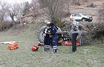 Bolu'da devrilen traktörün altında kalan sürücü...