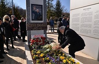 Bolu'da hayırsever İzzet Baysal mezarı başında...