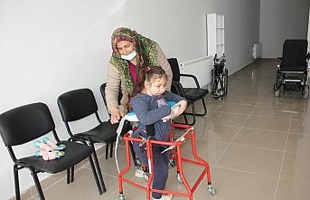 Doğuştan engelli 8 yaşındaki Havva, yürüteçle ilk adımlarını atmanın mutluluğunu yaşadı