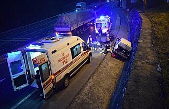 Düzce'de istinat duvarına çarpan otomobildeki 4 kişi yaralandı