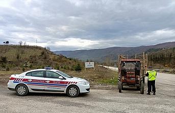 Düzce'de jandarma ekipleri traktör sürücülerini...