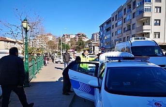 Düzce'de polis alışverişten dönüşte yorgun...