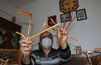 Emekli sınıf öğretmeni, çevresinde gördüğü yapı ve eşyaların ahşap maketlerini hazırlıyor