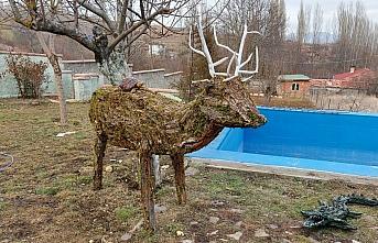 Evinin bahçesinde ağaç kabukları ve yosundan hayvan...