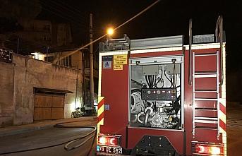 Karabük'te iki katlı evde çıkan yangında dumandan...