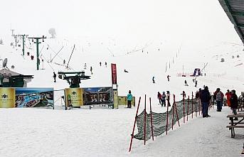 Kartalkaya'da kar yağışı aralıklarla sürüyor