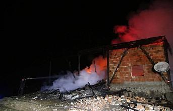 Kastamonu'da çıkan yangında ev ve ahır kullanılamaz...